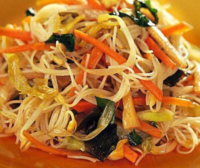 Spaghetti di riso con verdure miste