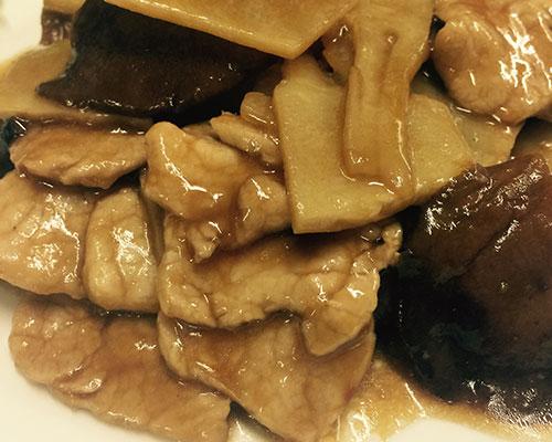 Vitello con funghi cinesi e bambù